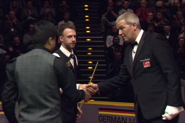 Ян Верхаас поздравляет Дина Джуньху и Джадда Трампа с окончанием финального матча
