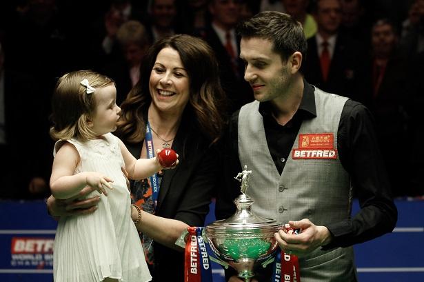 Марк Селби празднует победу с женой и дочерью