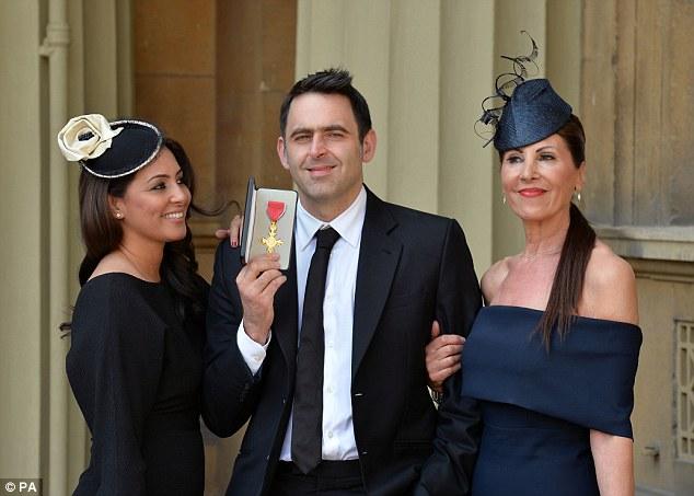 Гражданская жена Ронни О'Салливана актриса Лайла Руасс позирует вместе с Ронни, когда он держит OBE, полученный из рук принца Чарльза в Букингемском дворце, а также его мама Мария