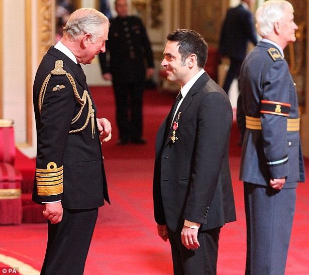 Ронни О'Салливан и принц Чарльз во время процедуры инвеституры (фото: Daily Mail)