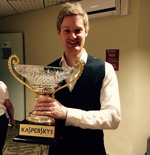 Нил Робертсон со своим трофеем (фото: World Snooker)