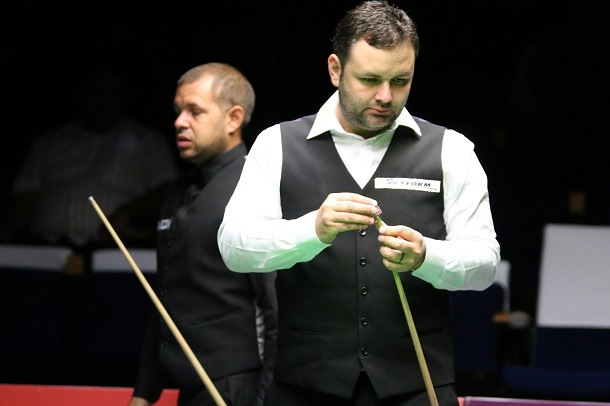 Барри Хокинс (на заднем плане) и Стивен Магвайр (фото: World Snooker)