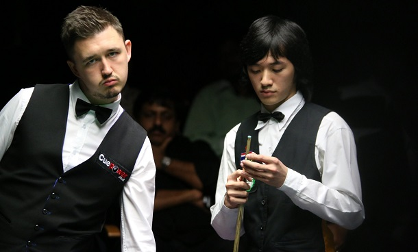 Кайрен Уилсон и Акани Сонгсермсавад (фото: World Snooker)