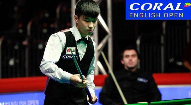 Чжао Синьтун и Ронни О'Салливан на заднем плане (фото: World Snooker)