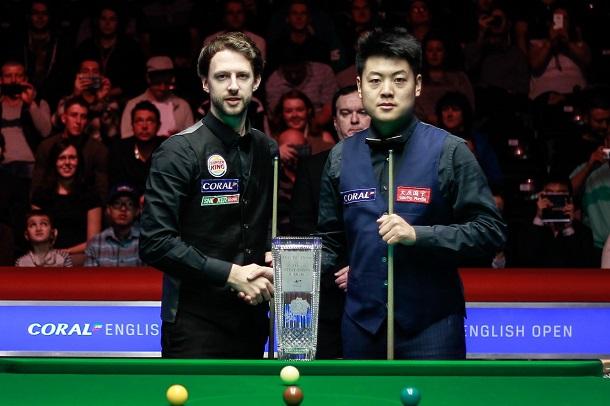 Джадд Трамп и Лян Веньбо с кубком English Open