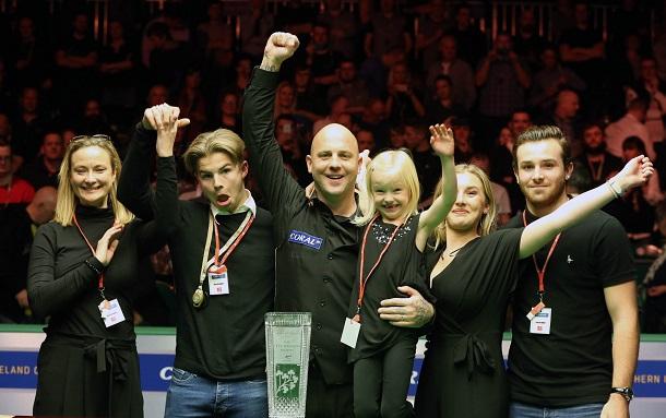 Марк Кинг - победитель  Northern Ireland Open 2016 со своей семьей