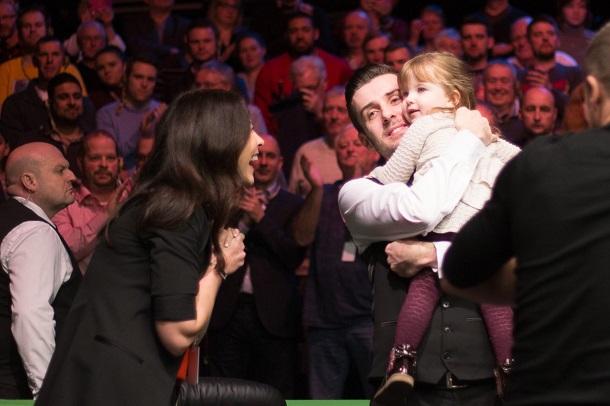 Марк Селби с дочерью и женой