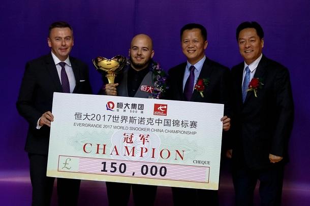 Лука Бресель с чеком на 150 000 фунтов (фото: World Snooker)