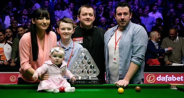 Марк Аллен с семьей и трофеем