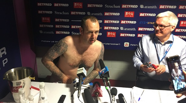 Марк Уильямс сдержал слово и находился на пресс-конференции лишь в полотенце