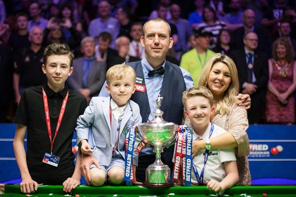 Марк Уильямс с трофеем и семьей