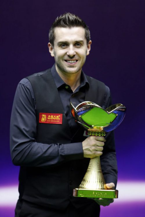 Марк Селби с трофеем
