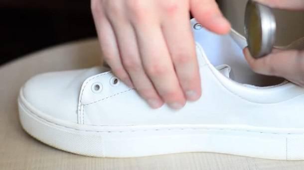Как чистить белые кроссовки